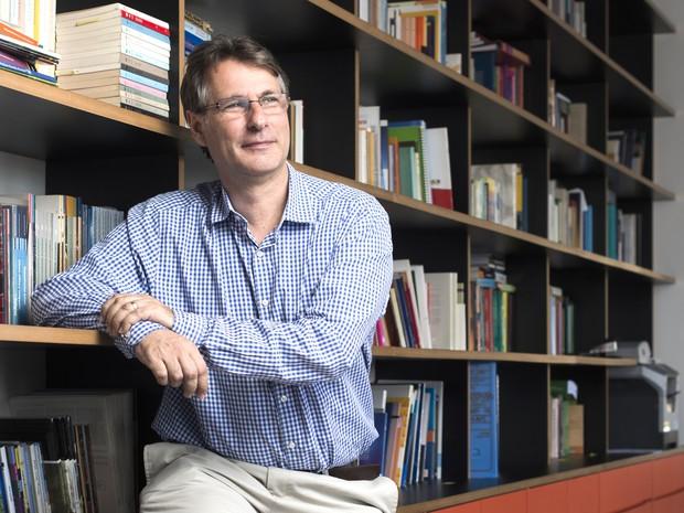 O advogado Marcos Fuchs, diretor do Pro Bono, na sede da entidade que atendeu sem cobrar mais de 600 casos (Foto: Filipe Redondo / ÉPOCA SP)