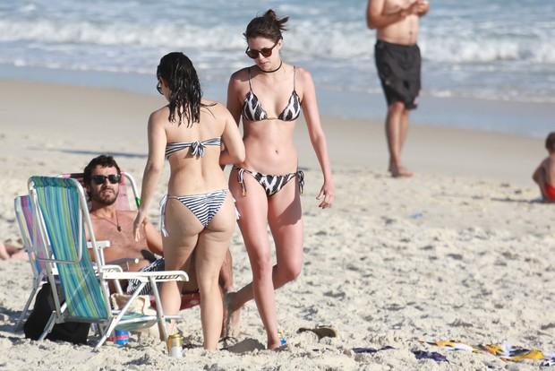 Agatha Moreira com amigos na praia (Foto: AgNews)