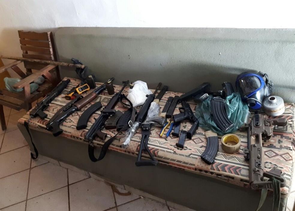Fuzis foram encontrados em uma casa alugada pelo bombeiro na praia de Búzios, no RN (Foto: Divulgação / PM)
