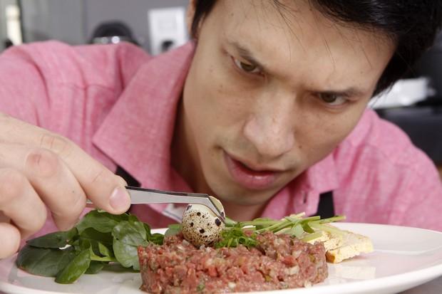 Leonardo Young ensina receita de steak tartare para o EGO (Foto: Celso Tavares/EGO)