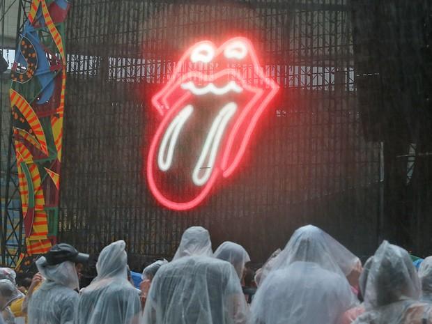 Público chega ao Maracanã sob chuva para o show dos Rolling Stones (Foto: Fábio Motta/Estadão Conteúdo)