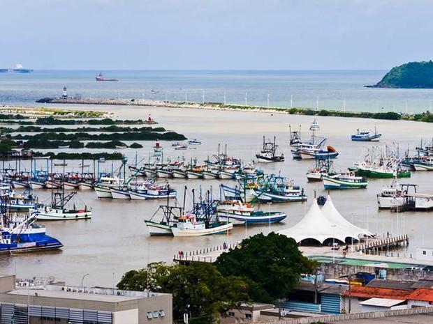 Barcos impedem passagem do rio Itajaí-Açu (Foto: Marcello Sokal/Divulgação)