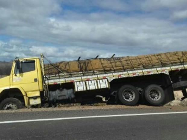 Carga de arroz ficou intacta após acidente, segundo a PRF (Foto: Divulgação/PRF)
