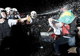 Confronto entre manifestantes e PM em Brasíli (Foto: Dida Sampaio/Estadão Conteúdo)