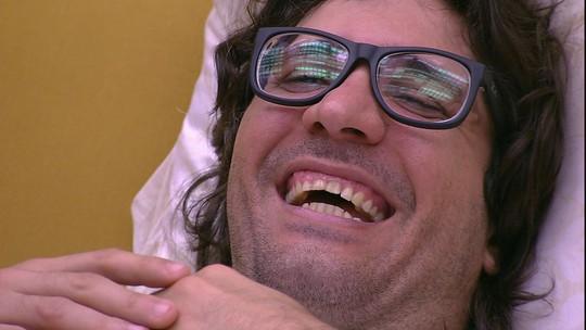 Ilmar observa Emilly e Marcos pela TV do Quarto do Líder e ri