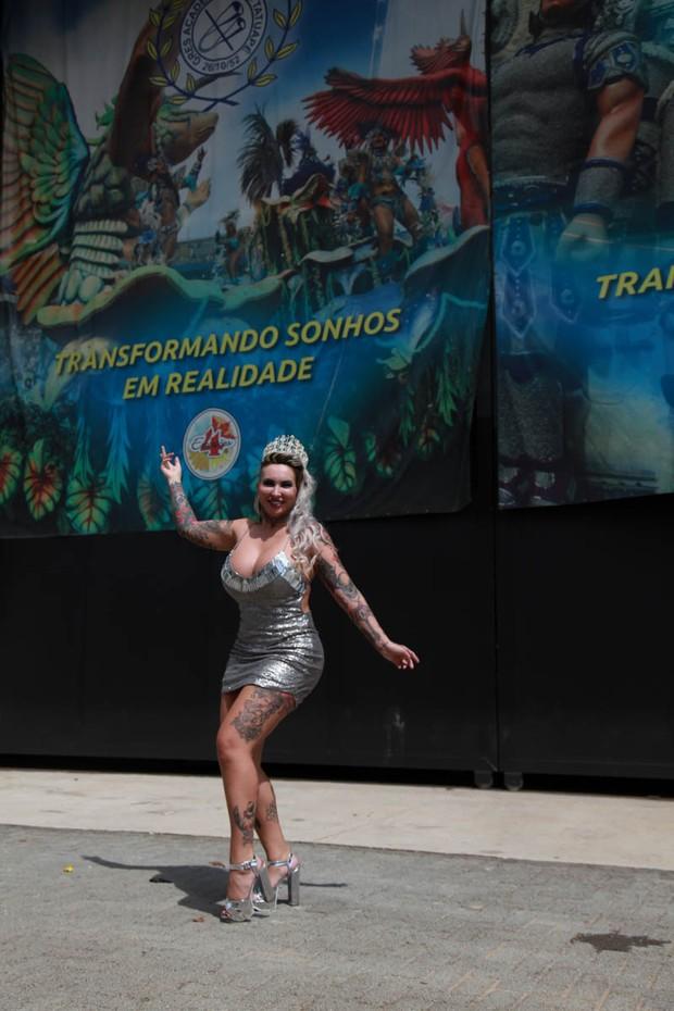 Sabrina Boing Boing com o barracão da Tatuapé ao fundo (Foto: Marco Ribas/EGO)