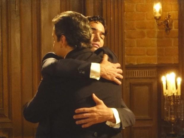 Fernando abraça o pai, disfarçando o ódio que ainda sente (Foto: Lado a Lado/TV Globo)