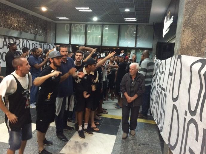 corinthians protesto torcida (Foto: Carlos Augusto Ferrari)