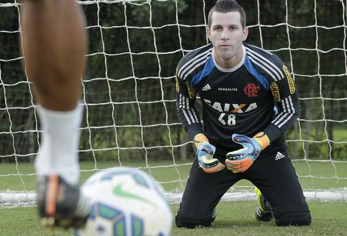 Paulo Victor tem treinado com bola no campo (Foto: Gilvan de Souza / Flamengo)
