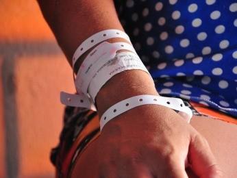 Ela nem retira as pulseiras necessárias para visitar as filhas no hospital (Foto: Nathalia Lorentz/ G1)