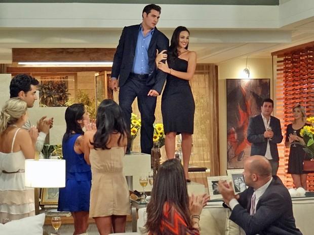 Sueli fica radiante quando os convidados aplaudem o casal (Foto: Gabriela Duarte / Gshow)