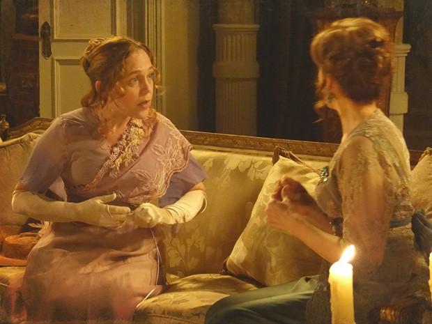 Celinha fica assustada com a conversa de Margarida e Heloísa (Foto: Lado a Lado/TV Globo)