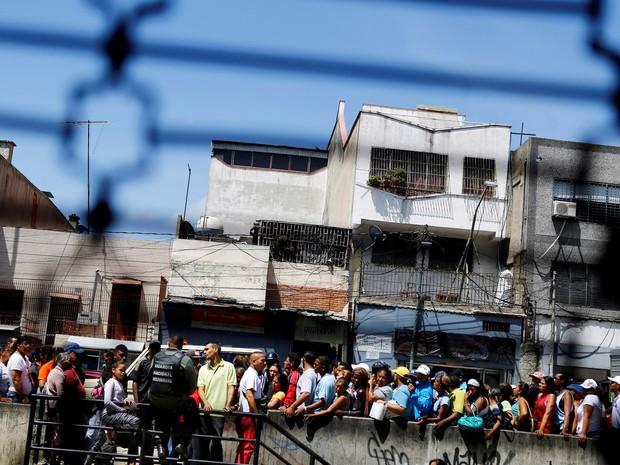 As filas para comprar comida e remédios tornaram-se uma cena comum (Foto:  Reuters/Ivan Alvarado)