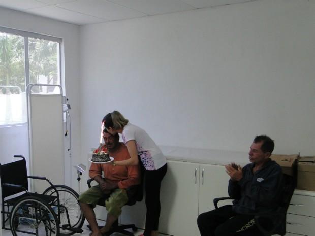 Charles dos Santos teve dois motivos para comemorar: além de ter sido resgatado, ele faz aniversário nesta quarta-feira (9) (Foto: Divulgação / Capitania dos Portos do Paraná)