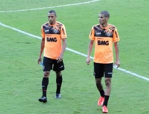 Leonardo e Gilberto Silva do Atlético-MG (Foto: Léo Simonini)