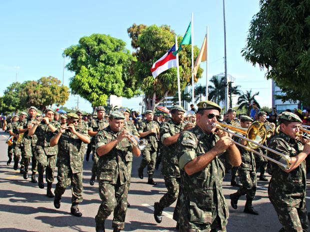 Banda do exército abriu o desfile na Ponta Negra, em Manaus  (Foto: Sérgio Rodrigues/ G1 AM)