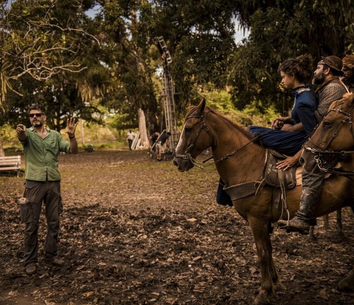 Luiz Fernando Carvalho dirige as cenas de 'Velho Chico' no início das gravações (Foto: Caiuá Franco/ Globo)