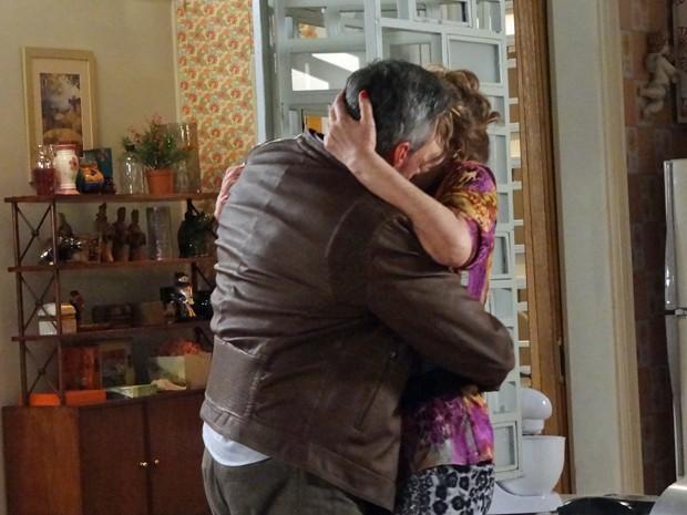Aroeira procura Gláucia e os dois se beijam  (Foto: Geração Brasil / TV Globo)