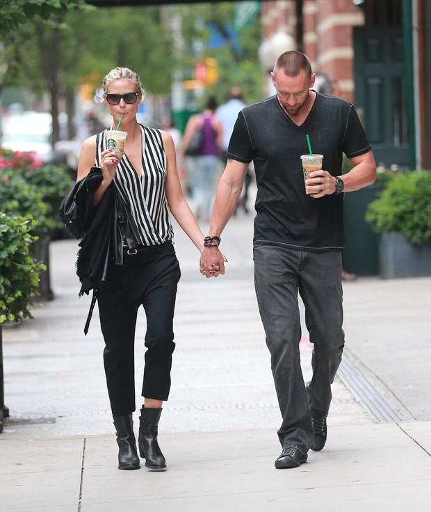 Heidi Klum com o namorado, Martin Kristen, em Nova York, nos Estados Unidos (Foto: Splash News/ Agência)