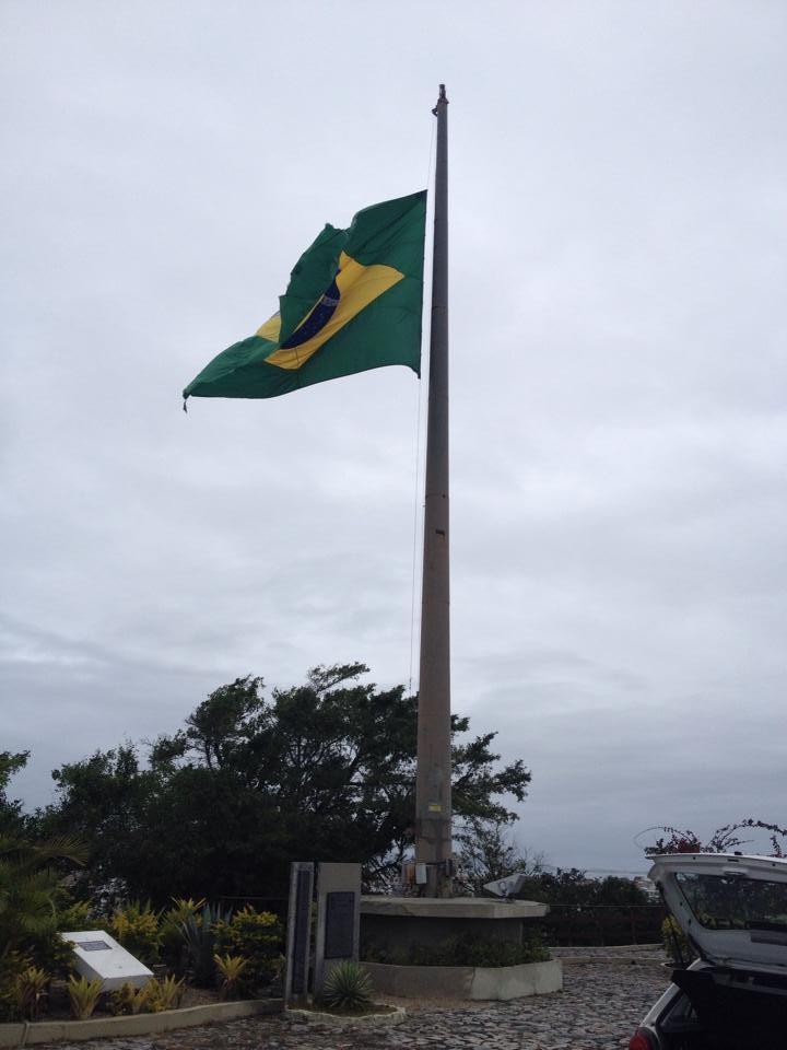 Bandeira brasileira está a meio mastro no Morro da Guia, em Cabo Frio (Foto: Renata Igrejas / Inter TV)