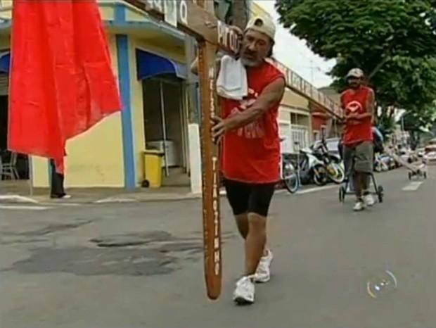 Arlindo Almeida e o auxiliar de carpinteiro, Nelson de Camargo, irão percorrer aproximadamente 180 quilômetros a pé durante 15 dias. (Foto: Reprodução TV TEM)