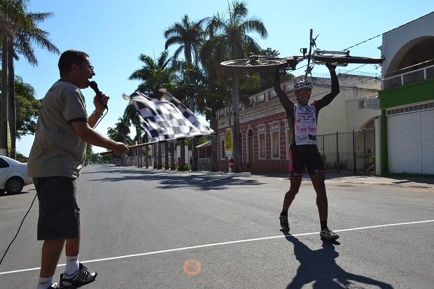 Vibrando muito, Cleide Casagrande chega em primeiro na categoria master B (Foto: Hélder Rafael)