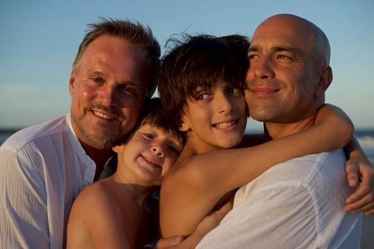 Os pais Luc Bouveret e David Arzel com os filhos, Elzear e Tancrèd: eles estarão na noite de lançamento do livro (Foto: Reprodução/ Facebook)