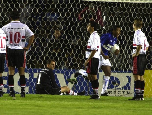 Oséas marca pelo Cruzeiro sobre o São Paulo de Rogério Ceni e comemora título da Copa do Brasil de 2000