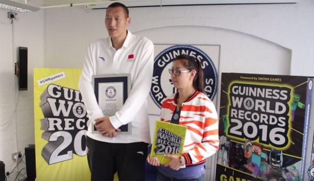 O casal formado pelo jogador de basquete, Sun Mingming, e a jogadora de handebol, Xu Yann, é considerado a partir de agora o mais alto do mundo, já que os dois somam 4,23 metros (2,36 dele e 1,87 dela), informou o Livro Guinness dos Recordes (Foto: Reprodução/YouTube/Guinness World Records )