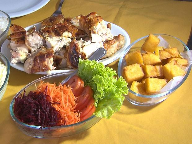 Chef JPB ensina receita de frango recheado, que deve ser servido com salada, arroz e maiones (Foto: Reprodução / TV Cabo Branco)