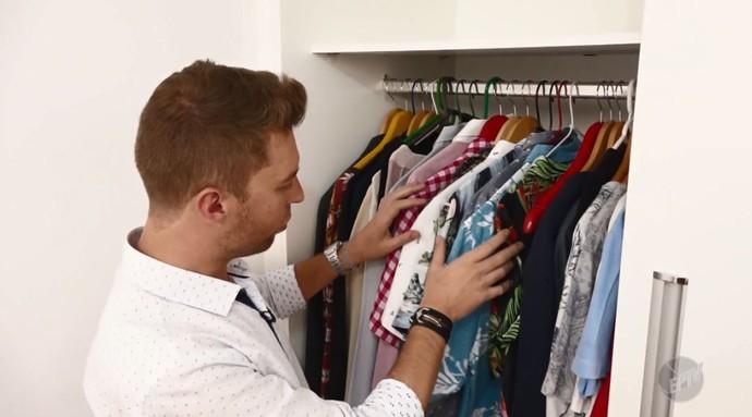 O repórte do 'Mais Caminhos', Rafael Ristow, conferiu as camisas estampadas do publicitário Marco Freire, um apaixonado por esse estilo (Foto: reprodução EPTV)