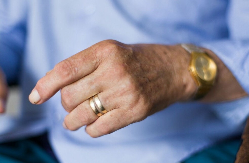 Santos usa a aliança da esposa no dedo, simbolizando que é viúvo (Foto: Jonathan Lins/G1)