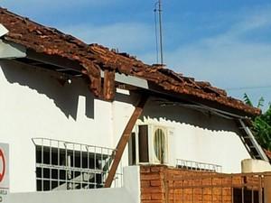 O telhado de uma casa que fica ao lado da agência também foi danificado (Foto: Giliardy Freitas/ TV TEM)