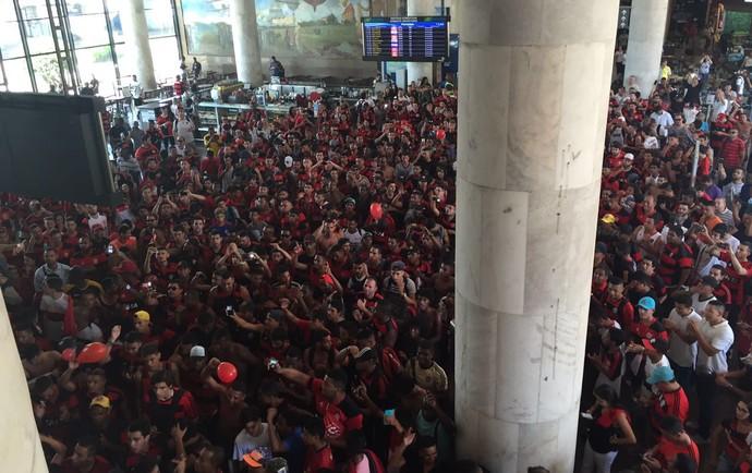 Resultado de imagem para video com a torcida no aeroporto para viagem do flamengo