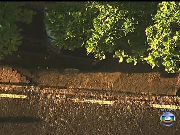 Vazamento de água provocou afundamento de calçada (Foto: Reprodução/TV Globo)