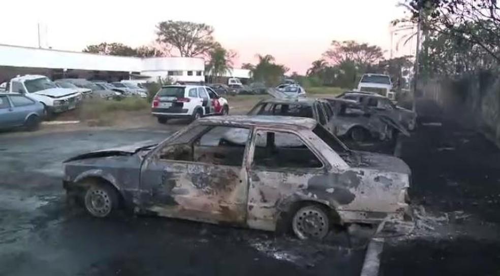 Incêndio em pátio deixa 13 veículos destruídos em São José dos Campos (Foto: Rafael Vianna/TV Vanguarda)