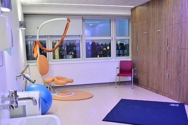 O quarto no qual ocorreu o nascimento dos filhos de George Clooney e Amal Alamuddin (Foto: Reprodução)