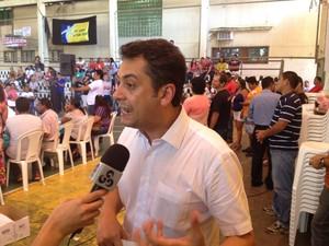 Clécio Luís, prefieto de Macapá, apresentou proposta aos educadores (Foto: John Pacheco/G1)