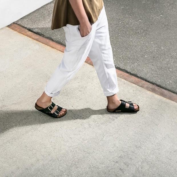 As sandálias não combinam só com bermudas e camisetas, mas também com vários looks mais estilosos. Na foto, Birkenstock (Foto: Divulgação)