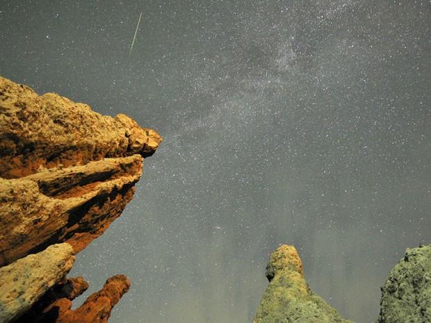 Meteoro é visto no céu sobre a vila de Uklici, conhecida por suas rochas que têm formas semelhantes a silhuetas humanas, perto de Kratovo, na Macedônia. Fenômeno chamado de Perseidas – porque fica na constelação de Perseu –, é visível nesta época do ano. (Foto: Ognen Teofilovski/Reuters)