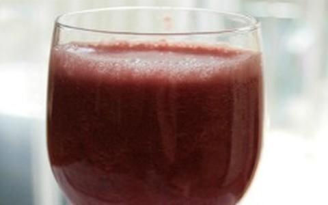 Suco com água de coco de morango e amora