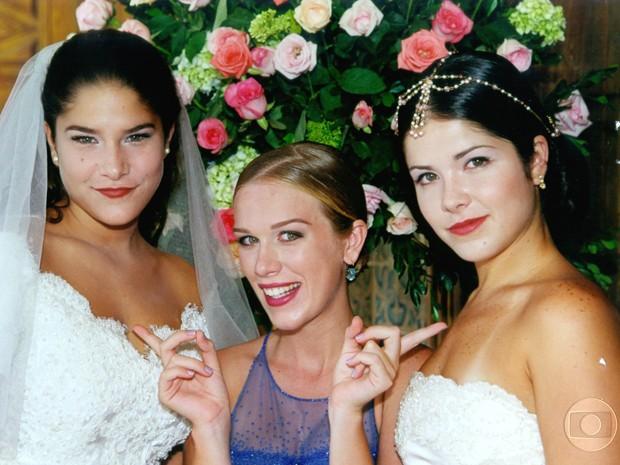 Priscila Fantim, Ludmila Dayer e Samara Felippo posam nos bastidores de casamento em Malhação de 2000 (Foto: CEDOC / TV Globo)
