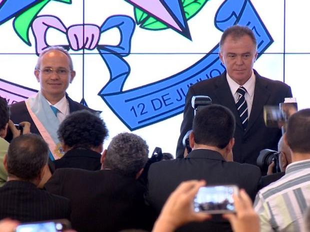 Paulo Hartung recebe faixa ao lado do ex-governador Renato Casagrande (Foto: Reprodução/ TV Gazeta)