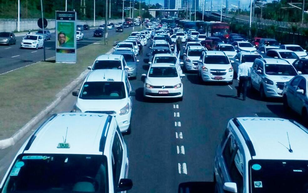Taxistas saíram da Avenida ACM em direção ao Centro Administrativo da Bahia (Foto: Divulgação/Sinditáxi)