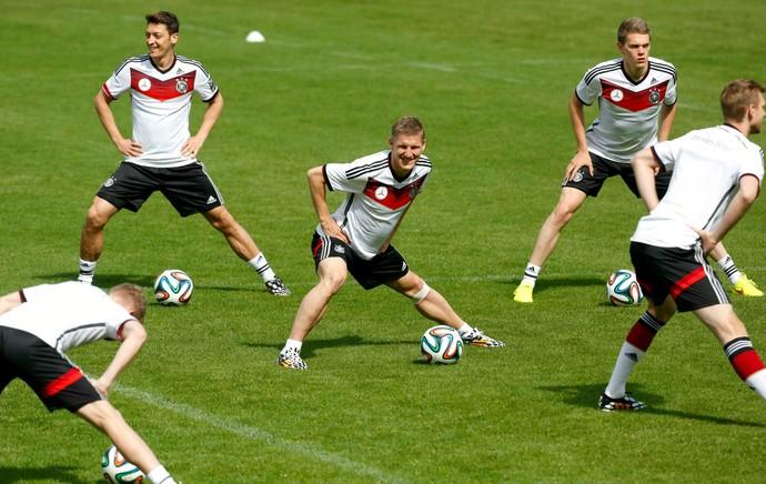 Schweinsteiger e Khedira voltam aos treinos e animam a seleção alemã ... ceecb9f84bda0