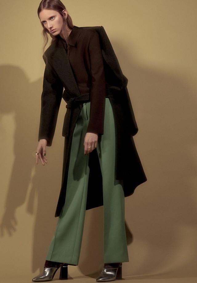 Sarah Berger usa casaco, blusa e calça, tudo Céline. Anéis, a partir de R$ 5.375, ambos Julio Okubo; botas, Phillip Lim (Foto: Gil Inoue)