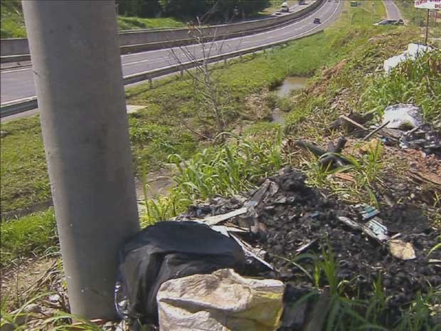 A previsão é que lixeiras comunitárias sejam instaladas na rodovia em 20 dias (Foto: Reprodução / EPTV)