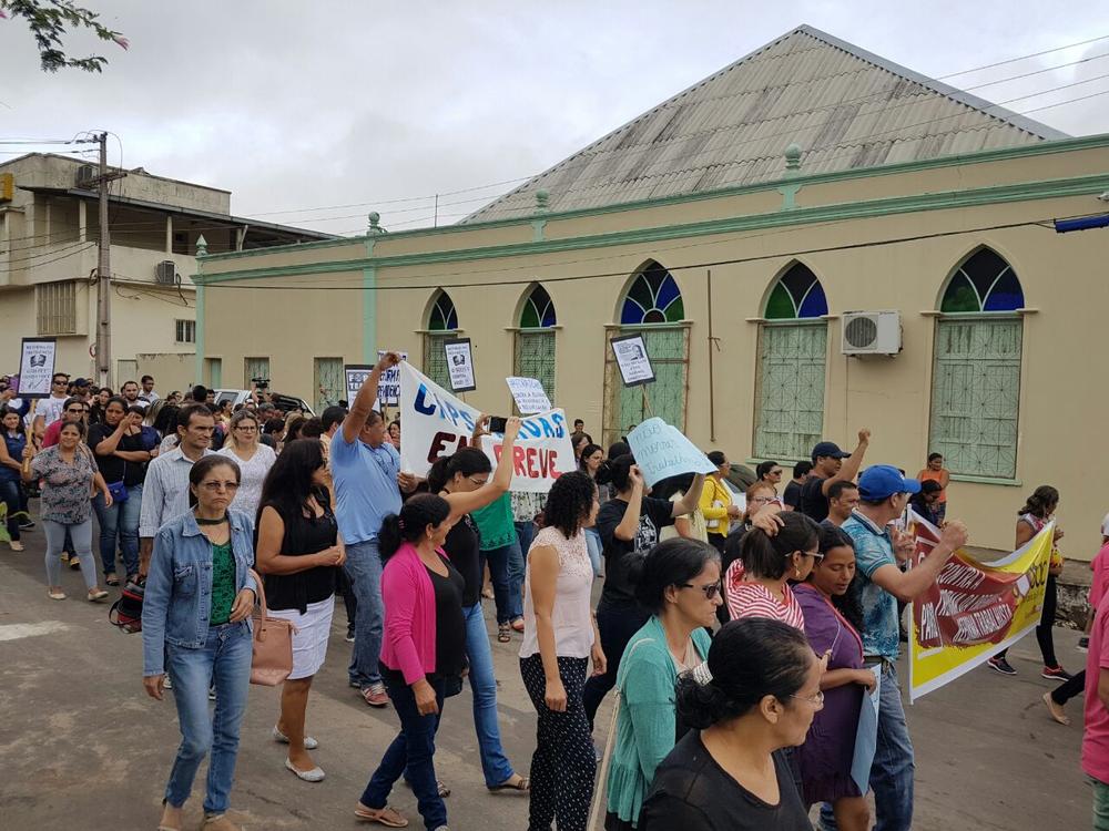 Manifestantes também foram às ruas em Cruzeiro do Sul, interior do Acre (Foto: Anny Barbosa/G1)