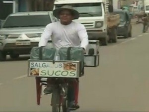 Souza diz que bicicleta anda 100 quilômetro com um litro de combustível (Foto: Reprodução/TV Rondônia)