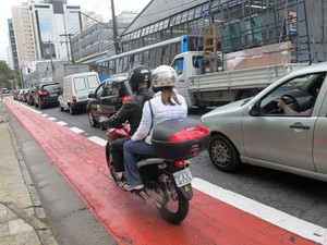 Motos circulam livremente na ciclofaixa de Moema (Foto: Caio Prestes/G1)